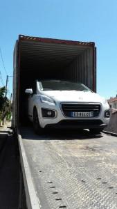Déménagement d'une voiture dans un contenaire en direction des DOM TOM